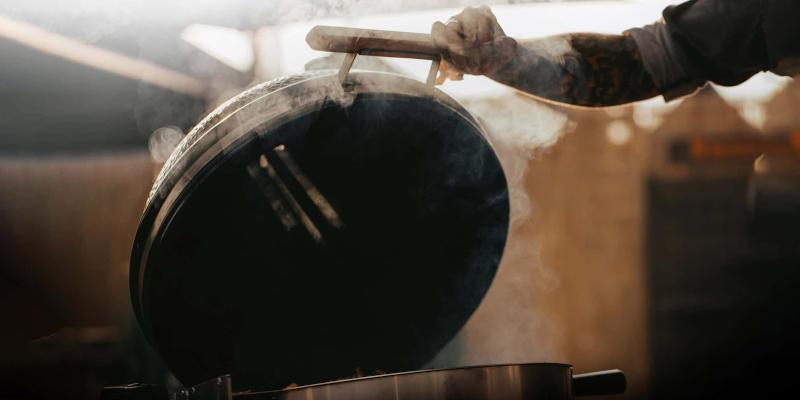 Rauchentwicklung in einem Keramikgrill von Monolith