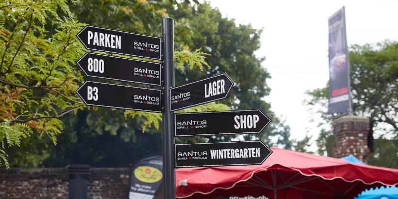 Wegweiser auf dem SANTOS Grill Shop Gelände in Köln