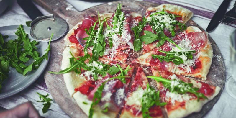 Pizza auf Weber Pizzastein vom Grill