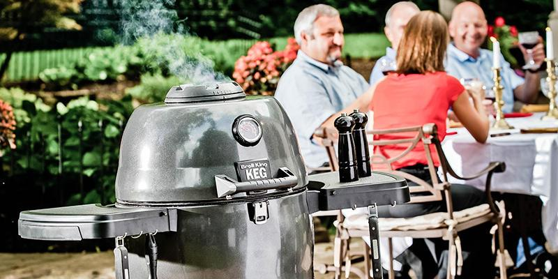 Broil King Vertical Gas Smoker im Garten