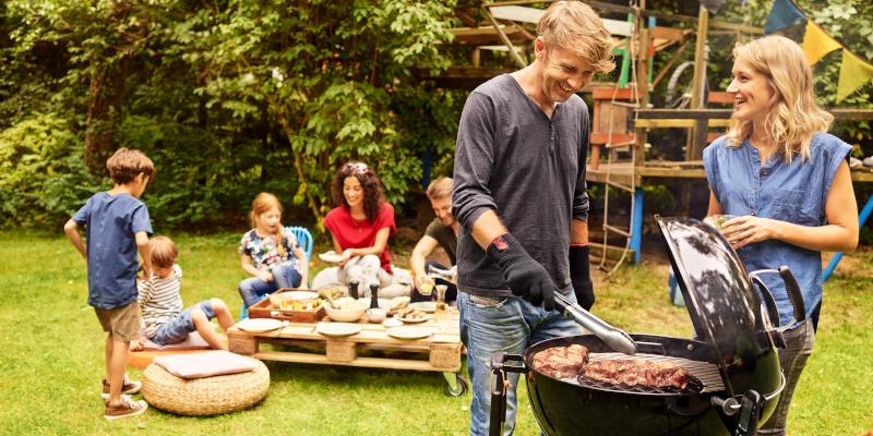 Weber Holzkohlegrill Master Touch, im Garten mit Holzkohle grillen