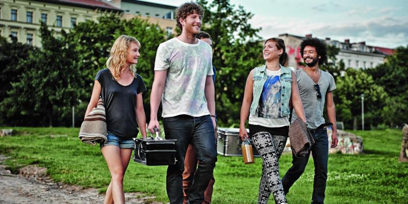 Weber Go Anywhere tragbarer Holzkohlegrill mit Freunden im Park