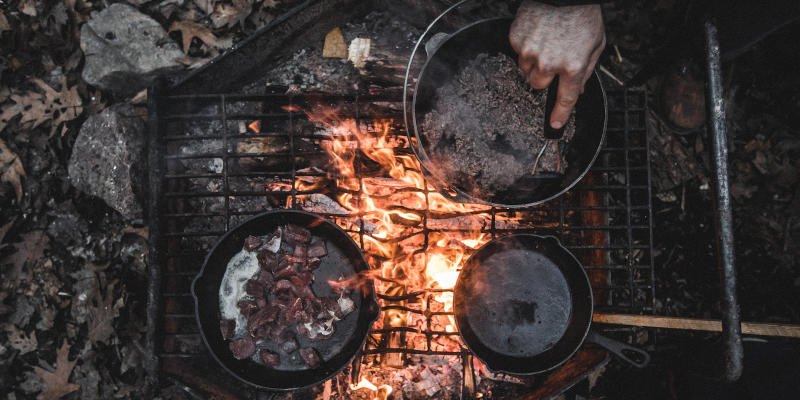 Zubereitung von Gerichten in gusseisernen Pfannen und Töpfen
