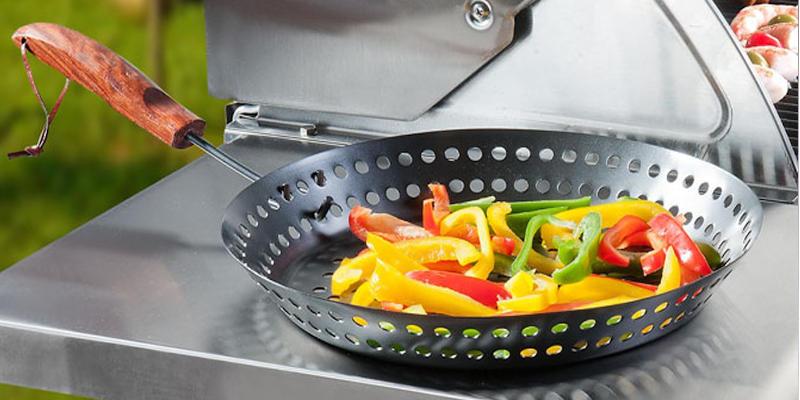 Gemüse auf dem Grill braten in einer gelochten SANTOS Grillpfanne