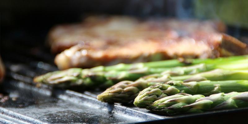 Grillen auf einer gusseisernen Grill- und Wendeplatte