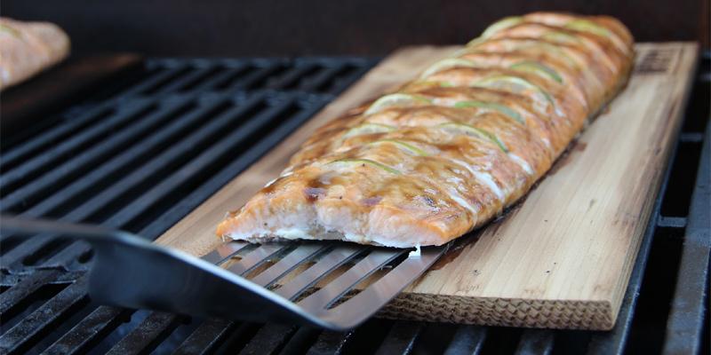 Lachs vom Räucherbrett auf dem Grill zubereiten