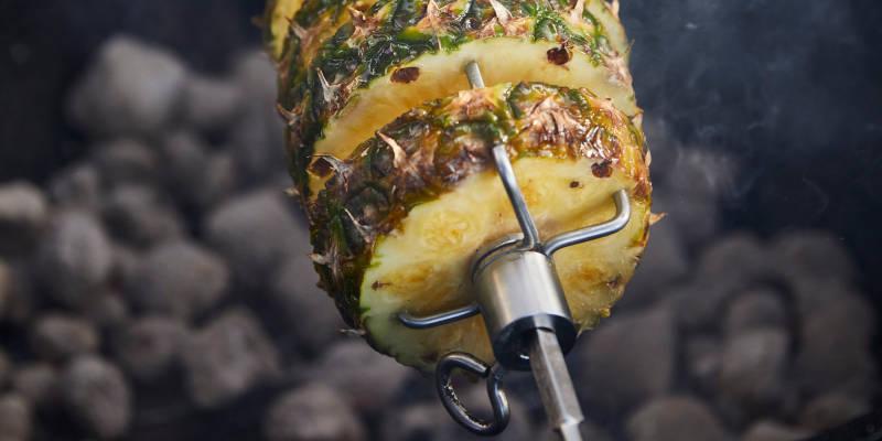 Ananas über Holzkohle grillen mit einem SANTOS Drehspieß