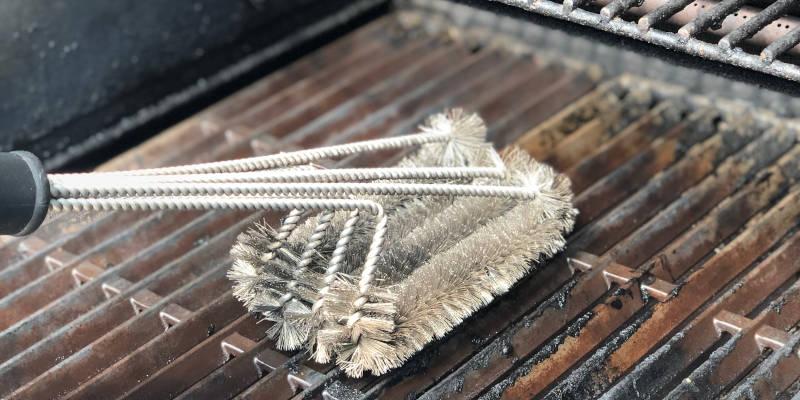 Grillrost mit einer Grillbürste reinigen